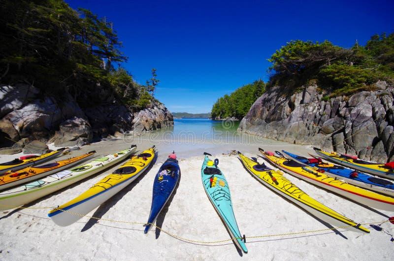 Kayaks de mer sur la plage dans la crique arénacée photos libres de droits