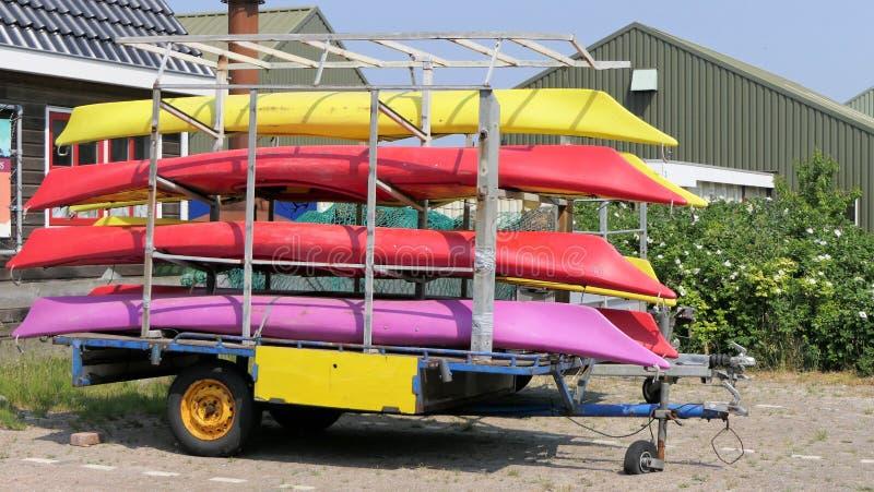 Kayaks de mer sur une remorque photographie stock libre de droits