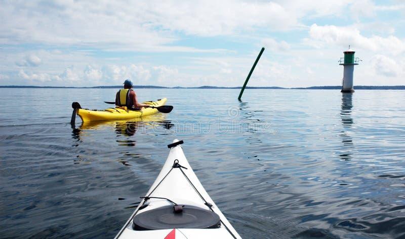 Kayaks et phare images libres de droits