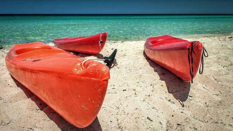 Kayaks, plage aux Cocos de Cayo, Cuba photos stock