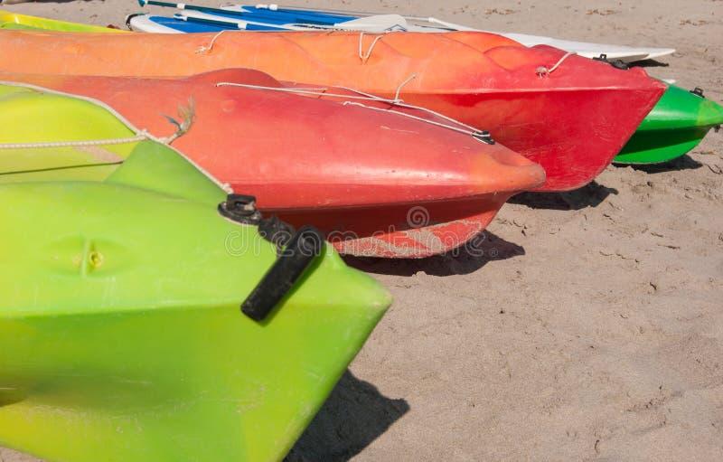 Kayaks près de l'un l'autre sur le sable photos stock