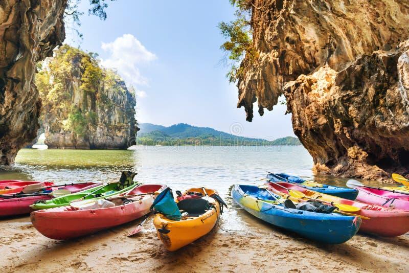 Kayaks am Strand auf tropischen Inseln gepfercht lizenzfreies stockbild