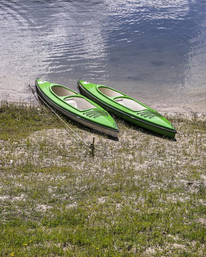 Kayaks sur la banque photographie stock