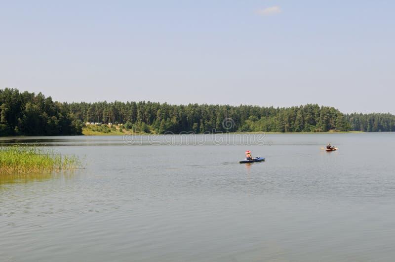 Kayaks sur un lac photographie stock libre de droits