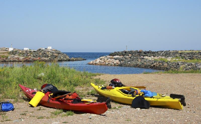 Kayaks sur une plage images libres de droits