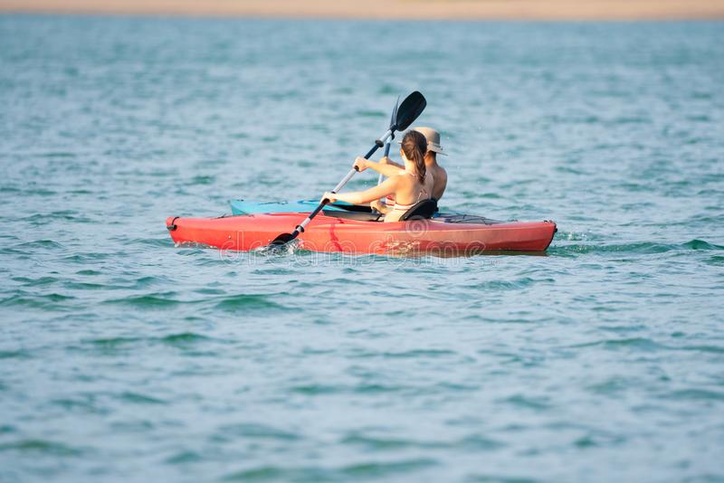 kayans的两个人在湖 免版税库存图片