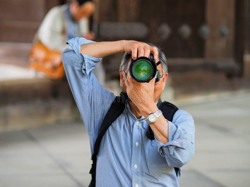 Kayoto, Japão - 11 de maio: O homem não identificado faz a foto o fotógrafo o 11 de maio de 2014 em Kyoto, Japão imagem de stock