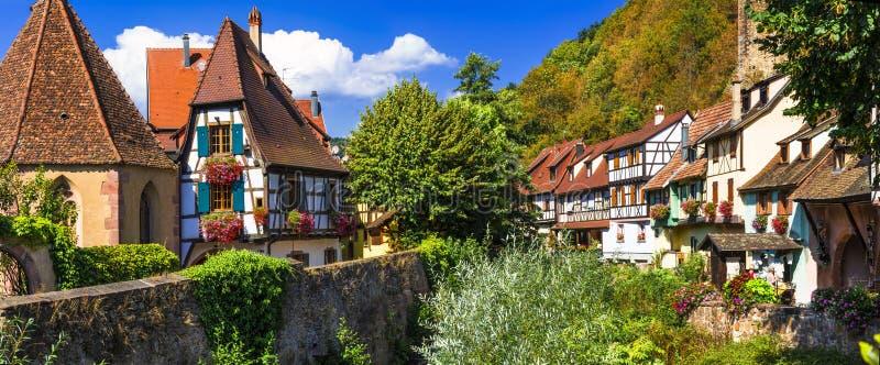 Kaysersberg - un des villages les plus beaux itinéraire célèbre de vigne de région de France, Alsace photo stock