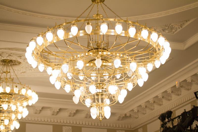 KAZÁN, RUSIA - 2 de enero de 2017, teatro de Kachalov - lámpara cristalina de lujo en celling foto de archivo