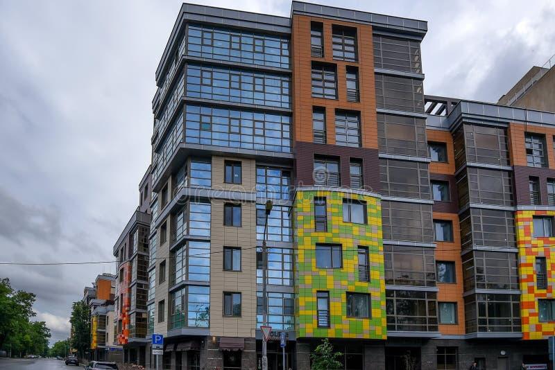 KAZÁN, RUSIA - 5 DE JUNIO DE 2016: Edificio moderno en una de las calles de Kazán, Rusia fotografía de archivo