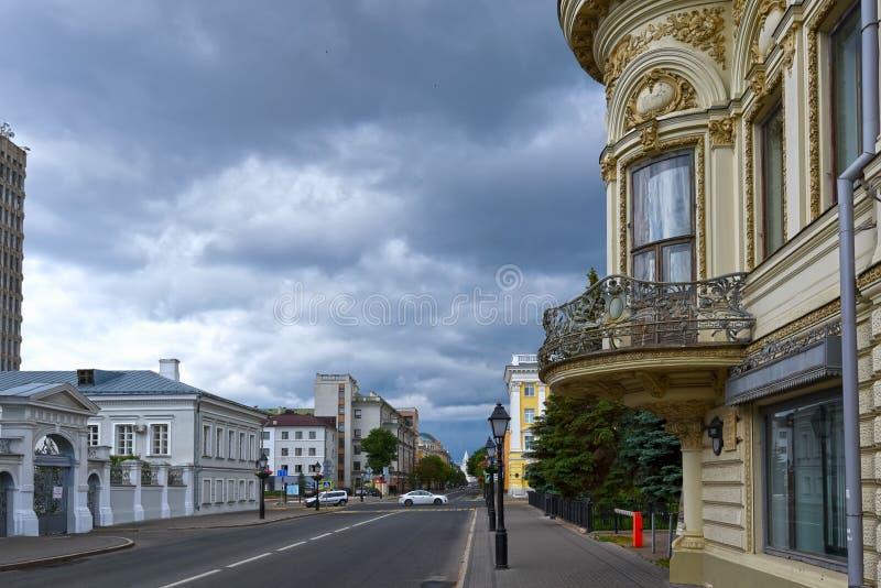 KAZÁN, RUSIA - 5 DE JUNIO DE 2016: Vista de las calles de Kazán, Rusia imagenes de archivo