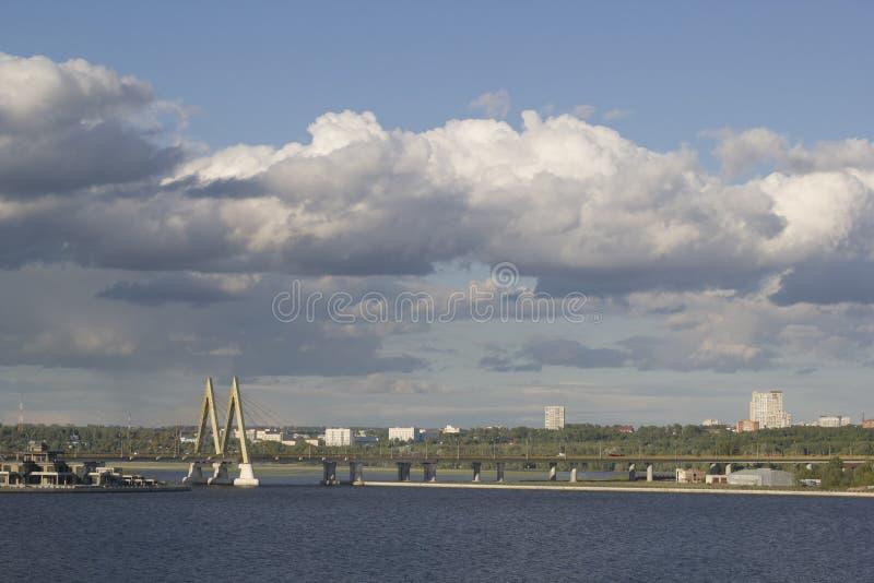 KAZÁN, RUSIA - 7 DE JUNIO DE 2018: Vistas del río y del puente del milenio en día nublado foto de archivo