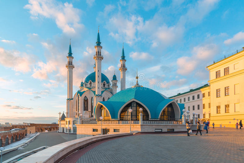 Kazán, Rusia - 26 de marzo 2017 Vista de la mezquita Kul-Sharif en la puesta del sol Tartaristán imágenes de archivo libres de regalías