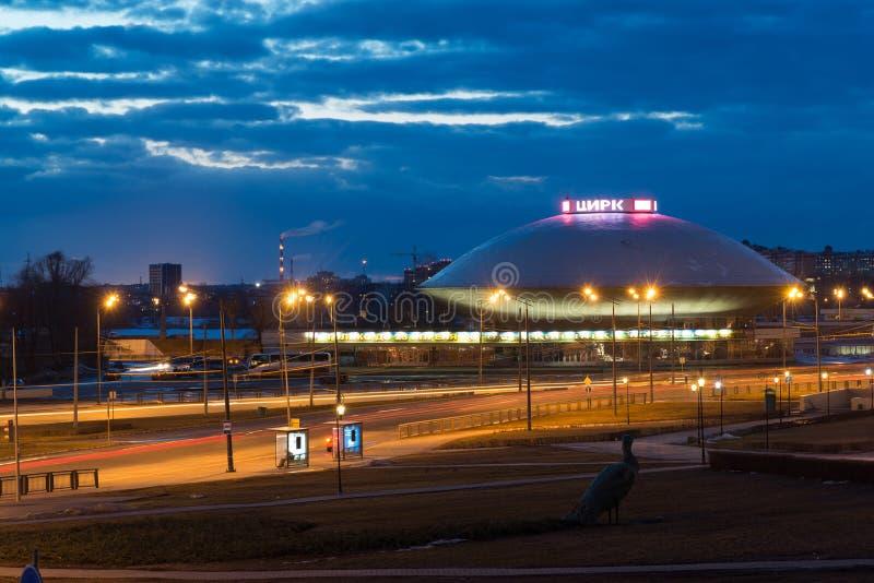 Kazán, Rusia - 25 de marzo 2017 Vista del edificio del circo en la noche fotos de archivo