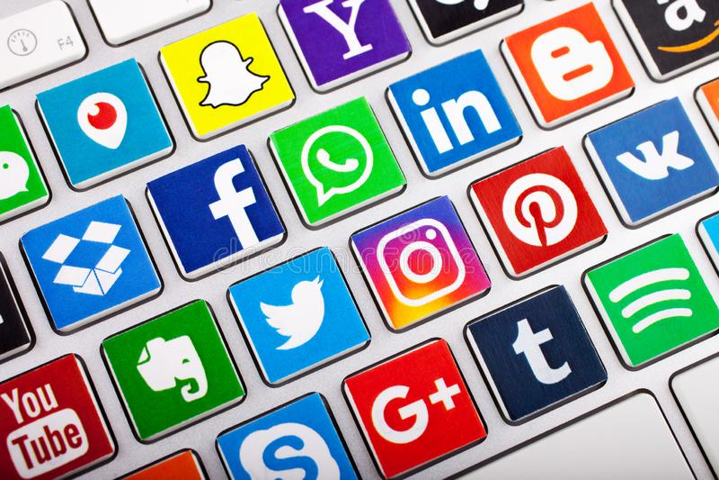 KAZ?N, RUSIA - 20 DE NOVIEMBRE DE 2017: Una colecci?n social del logotipo de los medios de logotipos sociales de la red fotos de archivo libres de regalías