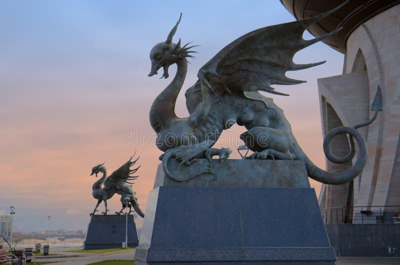 Kazán, Rusia - 25 de octubre de 2016: Estatua del dragón Zilant - symb imagen de archivo