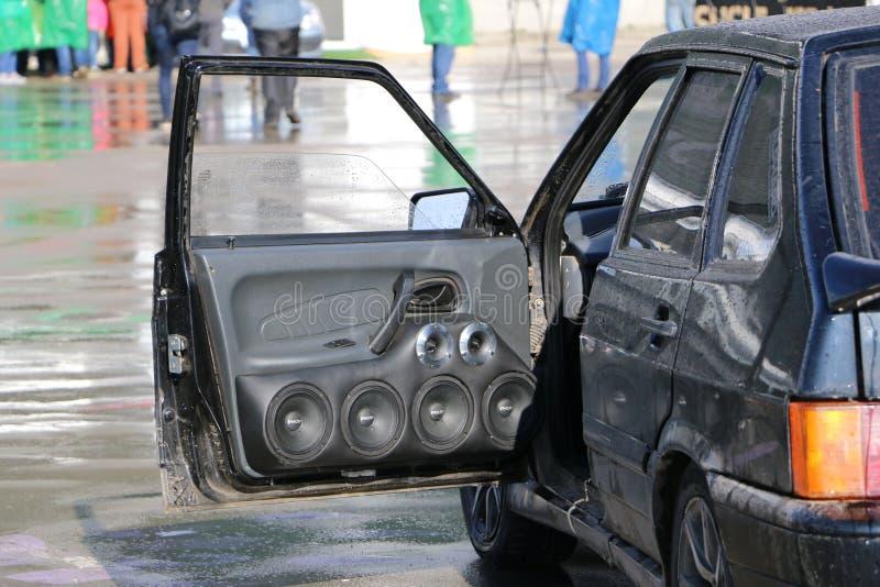KAZÁN, RUSIA, EL 29 DE ABRIL DE 2018: Salón del automóvil - sonido auto 2018 imagen de archivo