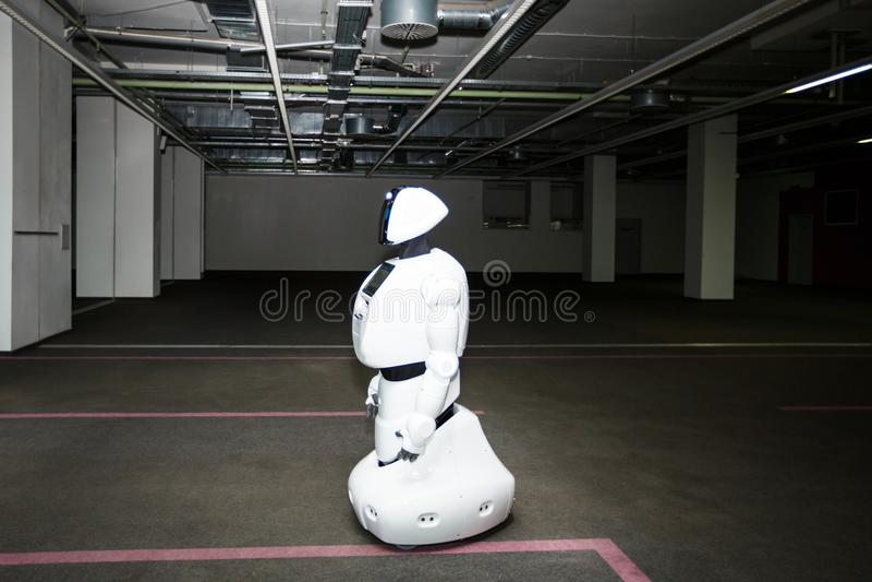 Kazán, Rusia - March2018: Pequeño robot con el rostro humano y el cuerpo - humanoid Inteligencia artificial foto de archivo