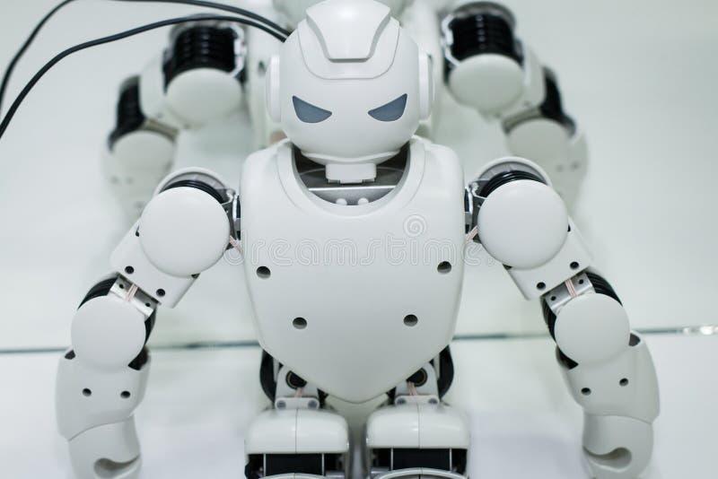 Kazán, Rusia - March2018: Pequeño robot con el rostro humano y el cuerpo - humanoid Inteligencia artificial fotos de archivo libres de regalías