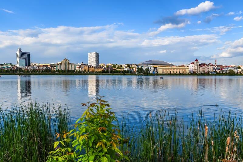 KAZÁN, TARTARISTÁN, RUSIA - 4 DE JUNIO DE 2016: Vista de la ciudad de Kazán del agua imagen de archivo libre de regalías
