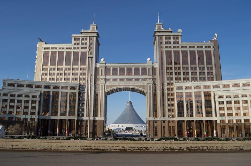 Kaz Munay Gas: Puerta de entrada al bulevar Nurly Zhol en Astaná, Kazajistán durante el día foto de archivo libre de regalías