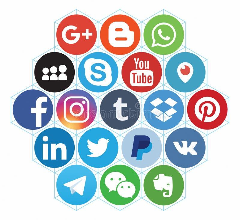 KAZ?N, RUSIA - 26 de octubre de 2017: Colecci?n de logotipos sociales populares de los medios impresos en el papel imágenes de archivo libres de regalías