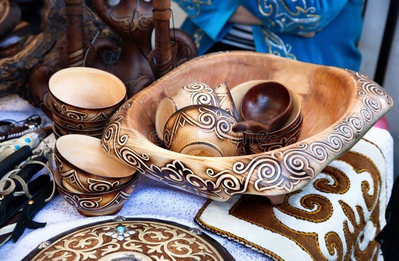 Kazach etniczni naczynia w rynku obrazy stock