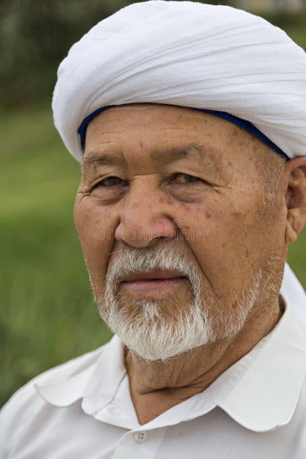 Kazach mężczyzna w lokalnym pióropuszu Kazachstan zdjęcie royalty free