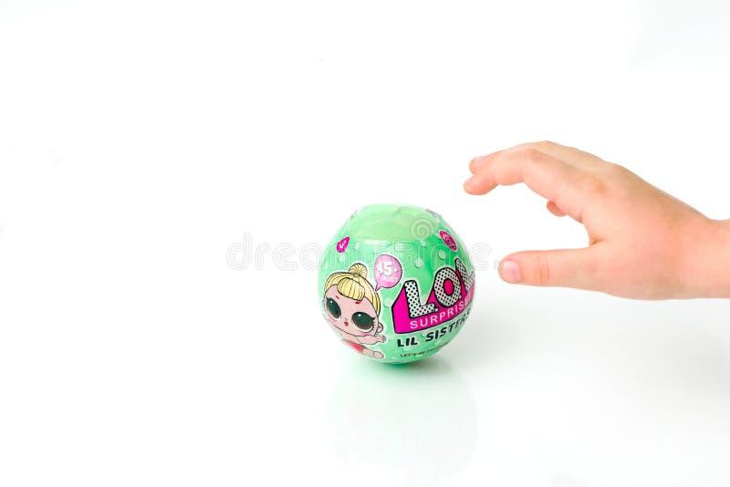 Kazachstan, 09 aktau-Maart, 2017: L O L Verrassingsstuk speelgoed populair Het kind wil het stuk speelgoed nemen een verrassing royalty-vrije stock afbeelding