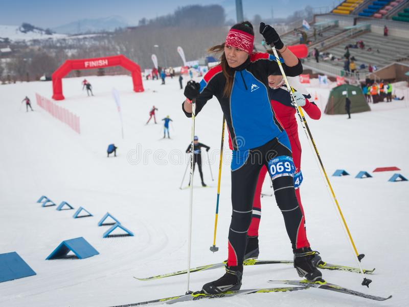 KAZACHSTAN, ALMA ATA - FEBRUARI 25, 2018: Amateurlanglaufskicompetities van ARBA-ski fest 2018 deelnemers stock fotografie