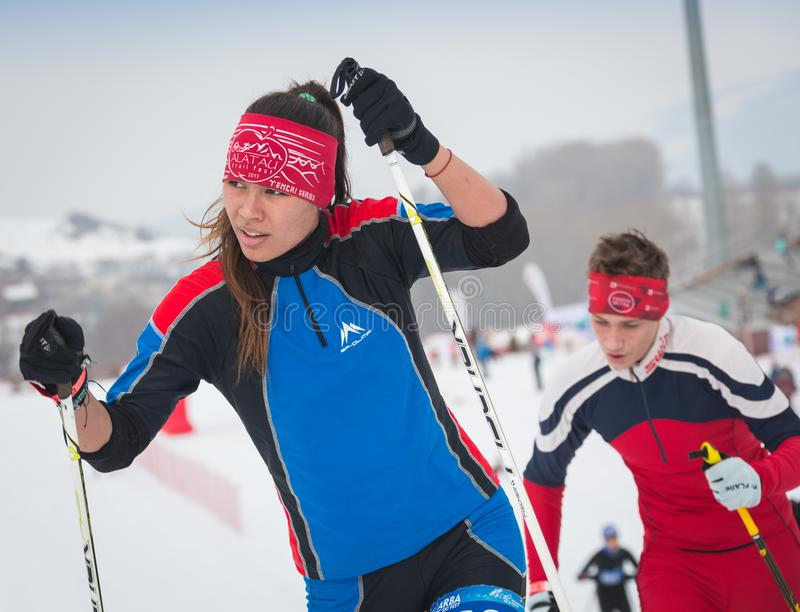 KAZACHSTAN, ALMA ATA - FEBRUARI 25, 2018: Amateurlanglaufskicompetities van ARBA-ski fest 2018 deelnemers royalty-vrije stock foto