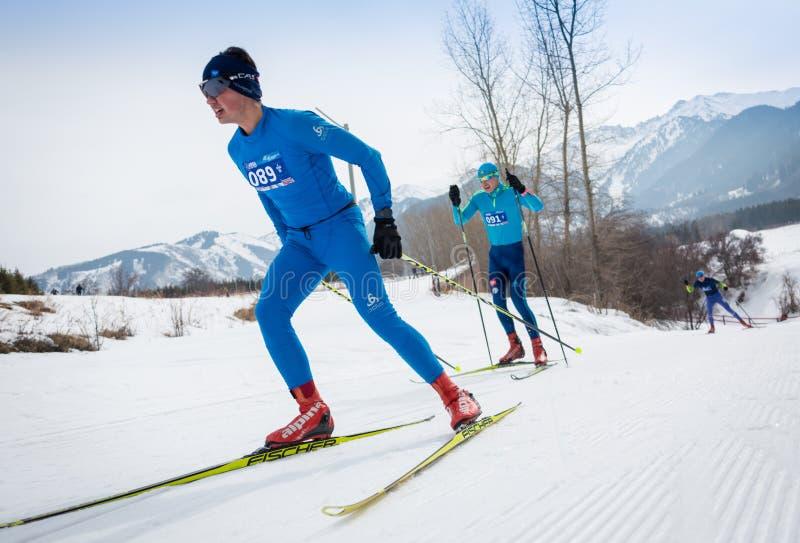 KAZACHSTAN, ALMA ATA - FEBRUARI 25, 2018: Amateurlanglaufskicompetities van ARBA-ski fest 2018 deelnemers stock afbeelding