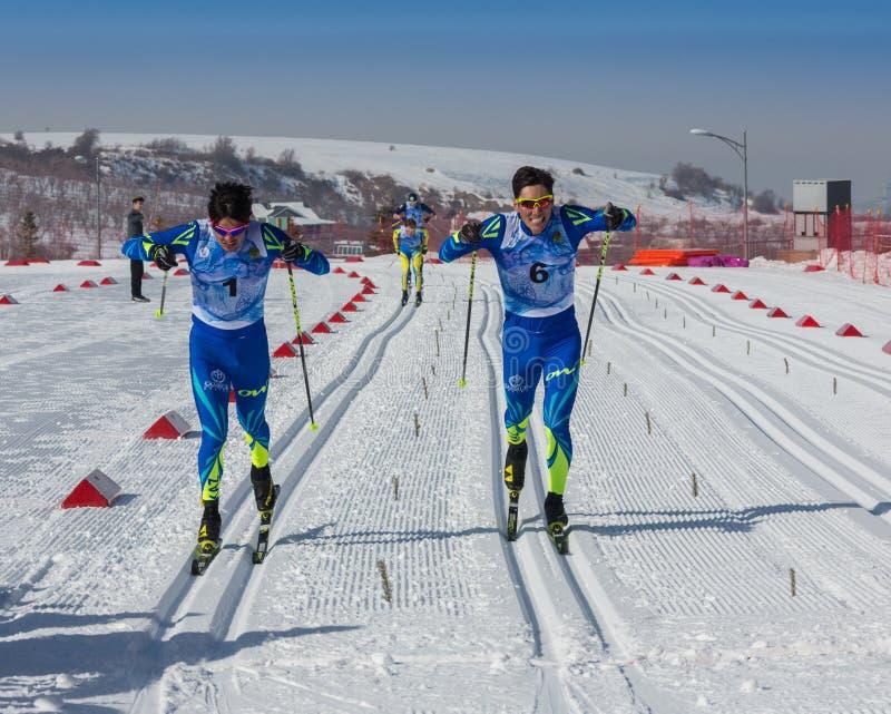 KAZACHSTAN, ALMA ATA - FEBRUARI 25, 2018: Amateurlanglaufskicompetities van ARBA-ski fest 2018 deelnemers stock foto