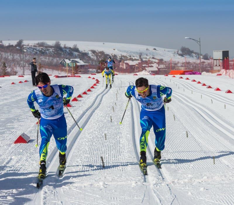 KAZACHSTAN, ALMA ATA - FEBRUARI 25, 2018: Amateurlanglaufskicompetities van ARBA-ski fest 2018 deelnemers royalty-vrije stock foto's