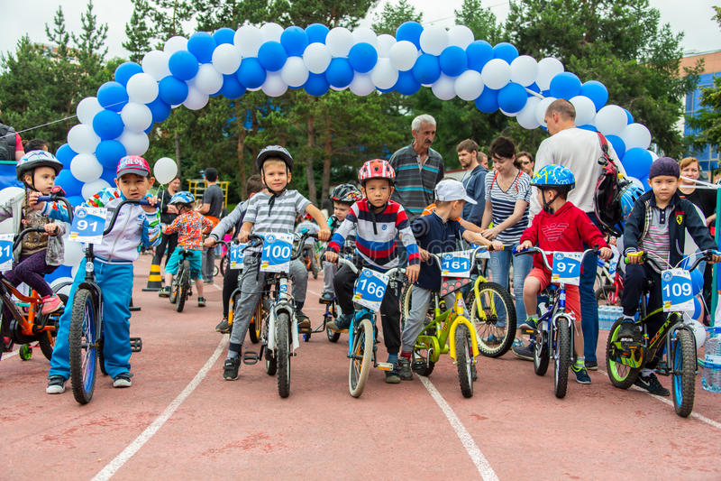KAZACHSTAN, ALMA ATA - JUNI 11, 2017: Kinderen ` s het cirkelen competities Reis DE kids De kinderen op de leeftijd van 2 tot 7 j royalty-vrije stock fotografie
