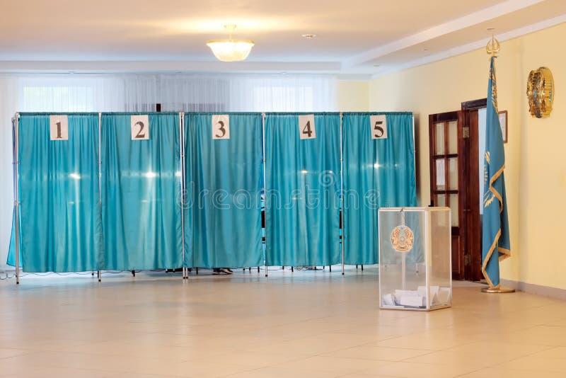 Kazachstan, Qazaqstan, 9 Juni, 2019, Stemmingsruimte Presidentsverkiezingen Transparante doos met stemmingen voor het tellen Extr stock fotografie