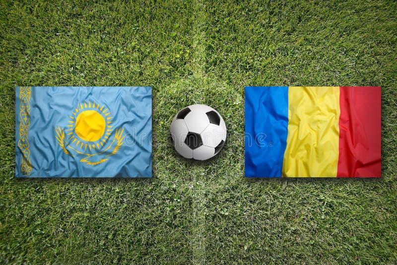 Kazachstan versus De vlaggen van Roemenië op voetbalgebied stock foto's