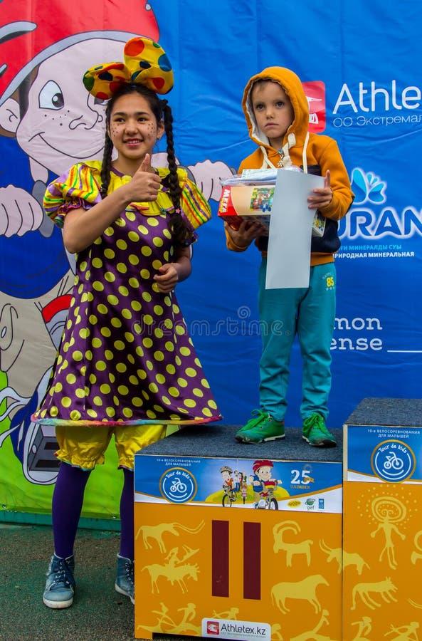 KAZAJISTÁN, ALMATY - 11 DE JUNIO DE 2017: Las competencias de ciclo del ` s de los niños viajan a de kids Los niños envejecidos 2 foto de archivo libre de regalías
