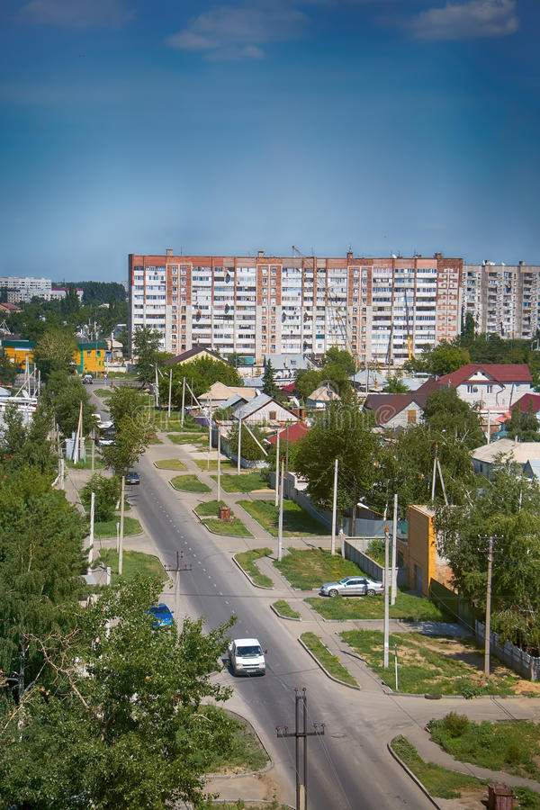 Kazajistán, Pavlodar - 24 de julio de 2016: Ciudad Pavlodar en Kazajistán septentrional 2016 Sector de casas y de construcciones  imagen de archivo
