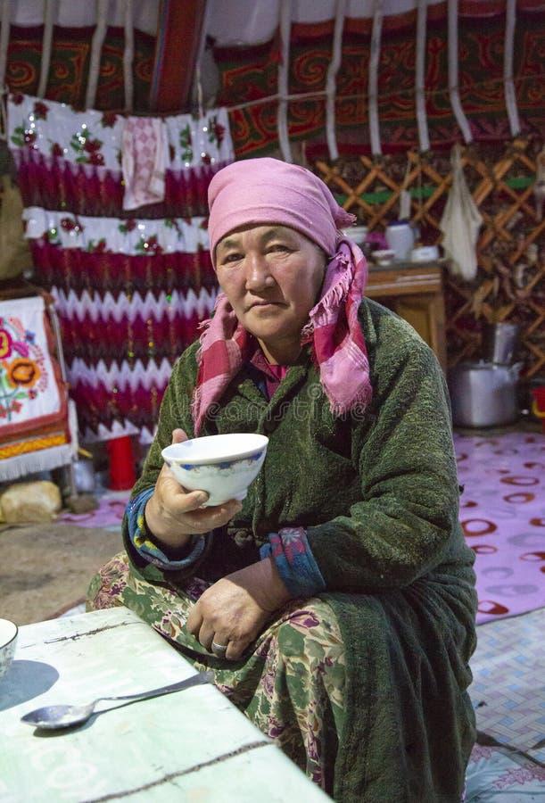 Kazakfrau in Mongolei, trinkender Tee an ihrem Haupt-yurt stockfoto
