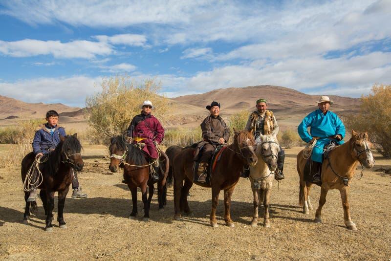 KazakhBerkutchi Eagle jägare på hästrygg I Bayan-Olgii befolkas landskapet till 88,7% av Kazakhs arkivbilder