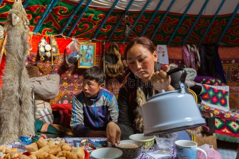 Kazakhsfamilj av jägare med att jaga den deras insidan för guld- örnar mongolianen Yurts arkivfoton