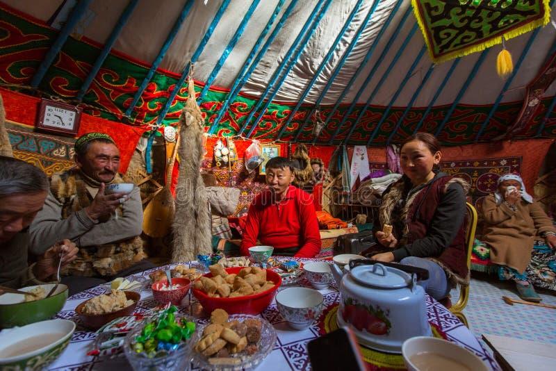 Kazakhsfamilj av jägare med att jaga den deras insidan för guld- örnar mongolianen Yurts I Bayan-Olgii befolkas landskapet till 8 royaltyfri bild