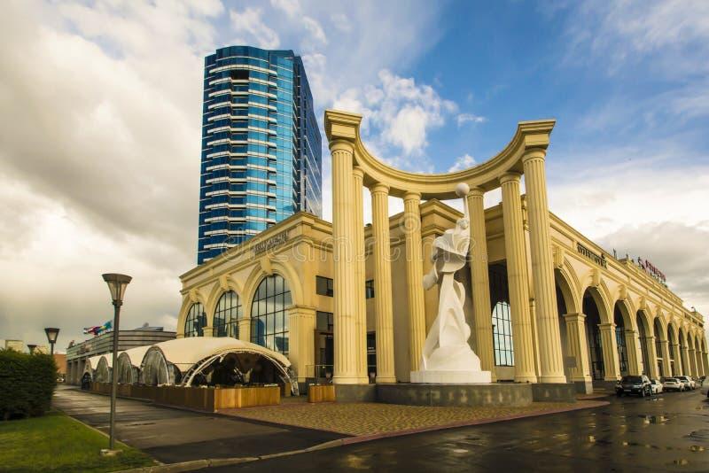 kazakhstan astana Palacio de la aptitud en la avenida Turan foto de archivo