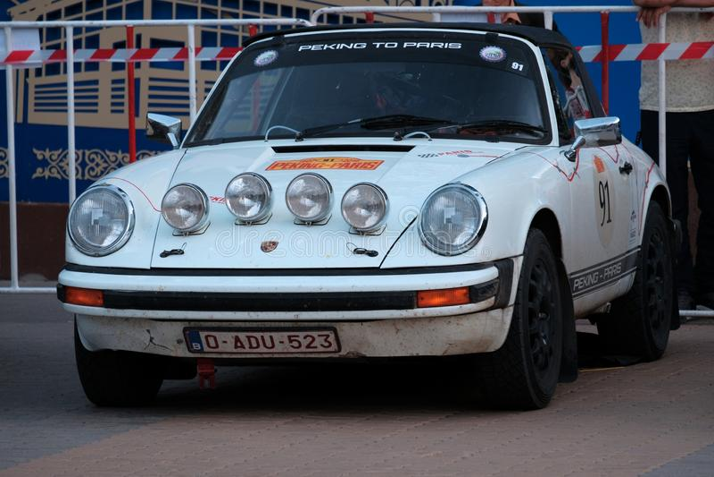 Kazakhstan, Kostanay, 2019-06-20, 7ème Pékin au défi de moteur de rassemblement de Paris Une rétro voiture blanche Porsche est ga photographie stock