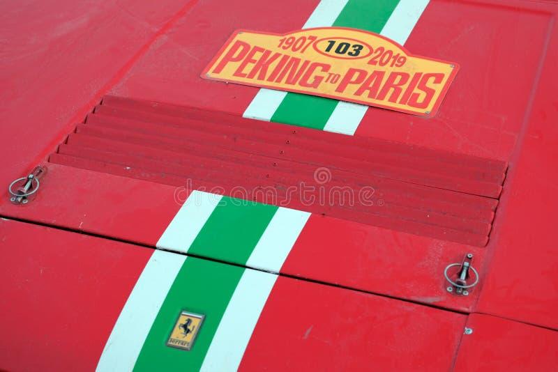 Kazakhstan, Kostanay, 19-06-19, rassemblent Pékin à Paris L'emblème d'une voiture Ferrari de cru Avant en gros plan d'une rétro v photos stock