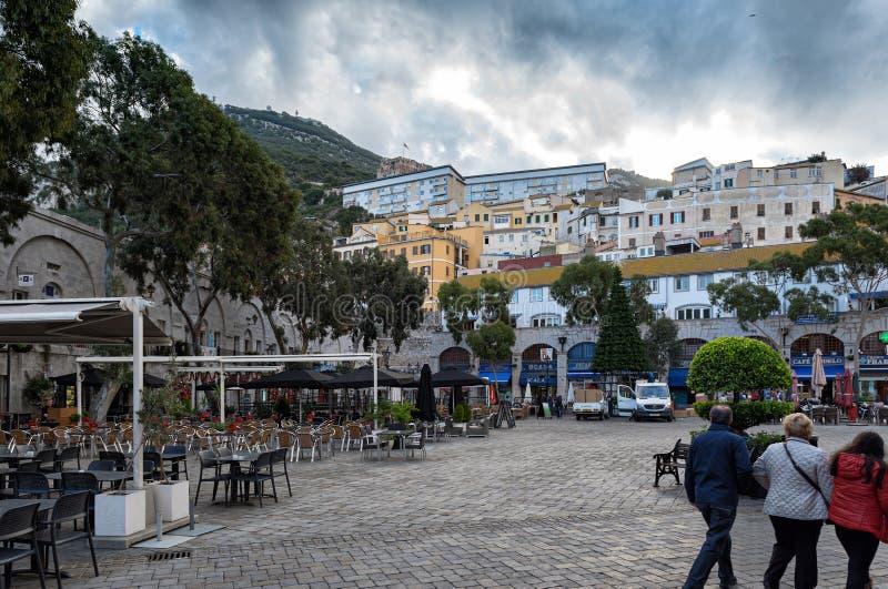 Kazamaty obciosują z barami i restauracjami w centrum Gibraltar miasto zdjęcie royalty free