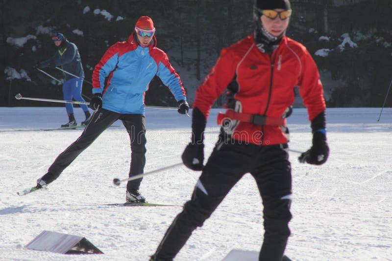 KAZAN, ΡΩΣΙΑ - ΤΟ ΜΆΡΤΙΟ ΤΟΥ 2018: Δύο σκιέρ που τρέχουν στο σκι ακολουθούν στοκ εικόνες με δικαίωμα ελεύθερης χρήσης