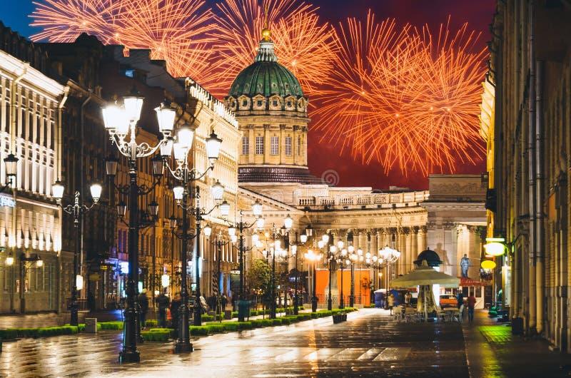 Kazan katedra i Nevsky perspektywa przy nocą zaświecamy starych domów fajerwerki na tle w St Petersburg obrazy stock