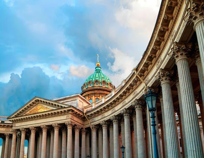 kazan katedralny st Petersburg Russia Kopu?a i kolumnada Kazan katedra w St Petersburg pod chmurnym niebem fotografia stock